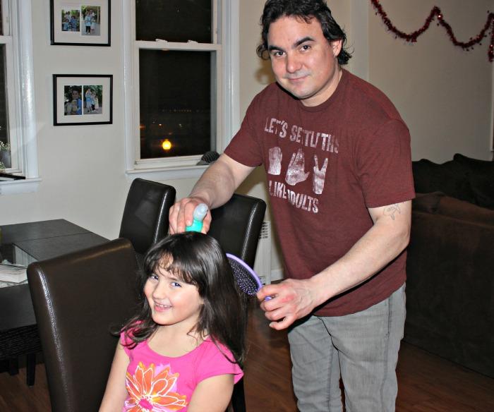 Papá peina a Sarah 1