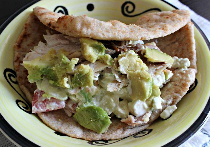 Pita Sandwich de Ensalada Griega, Pollo y Aguacates