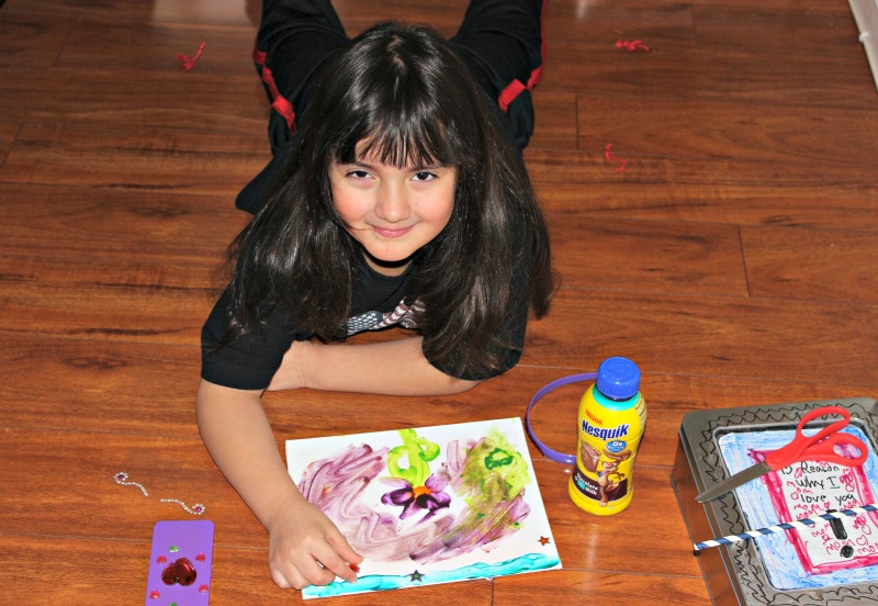 Sari haciendo arte