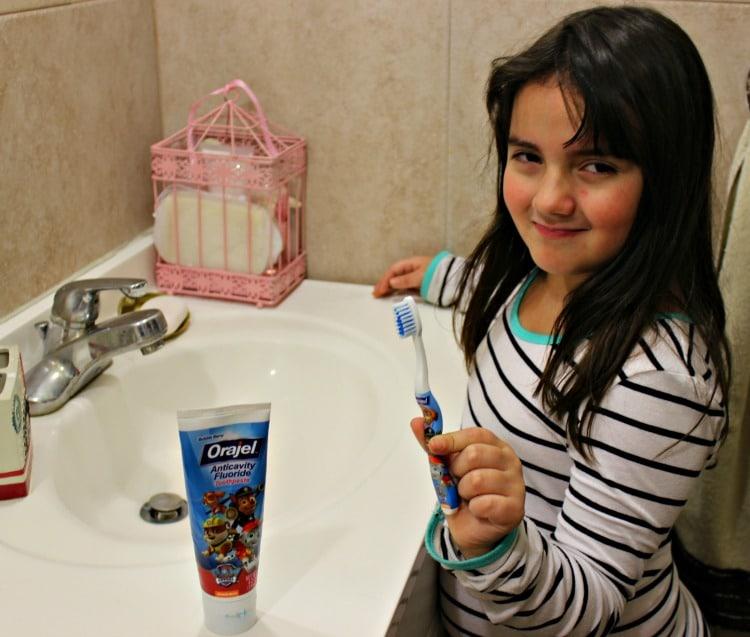 Sari lavarse los dientes
