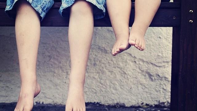 7 razones para que los niños anden descalzos