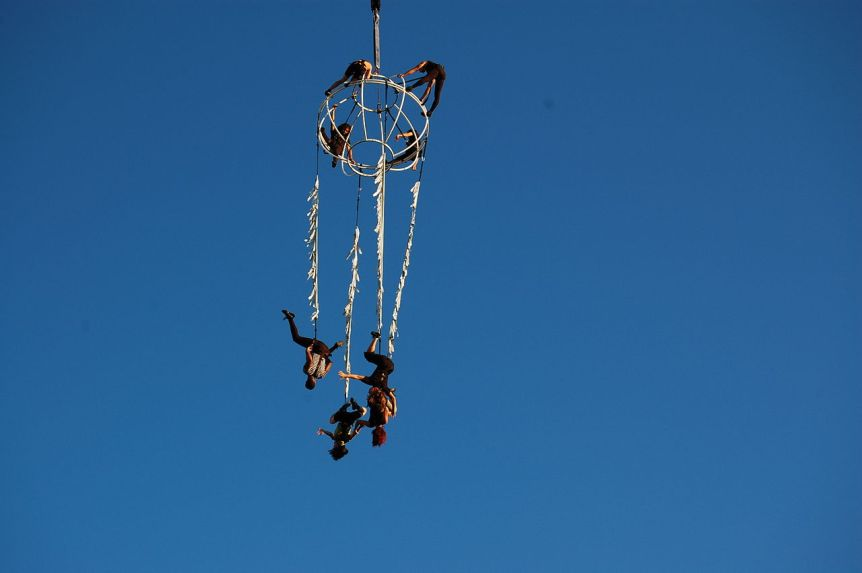Acrobats dangline in the sky. © 2008 Sergio from Spain (CC BY 2.0). Via Wikimedia Commons.