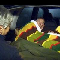 asustados. Vecinos de Torreperogil se abrigan con mantas en el interior de un vehícul