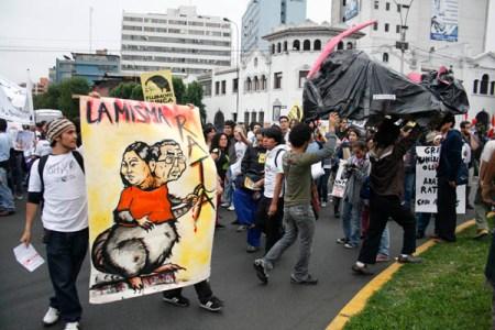 Demonstrasjon i Peru. Plakaten hevder at førstekandidat ved valget, Keiko Fujimori, er lik sin far Alberto Fujimori som ledet et autoritært høyrestyre av Peru på 90-tallet. Foto: elhombredelotrodia