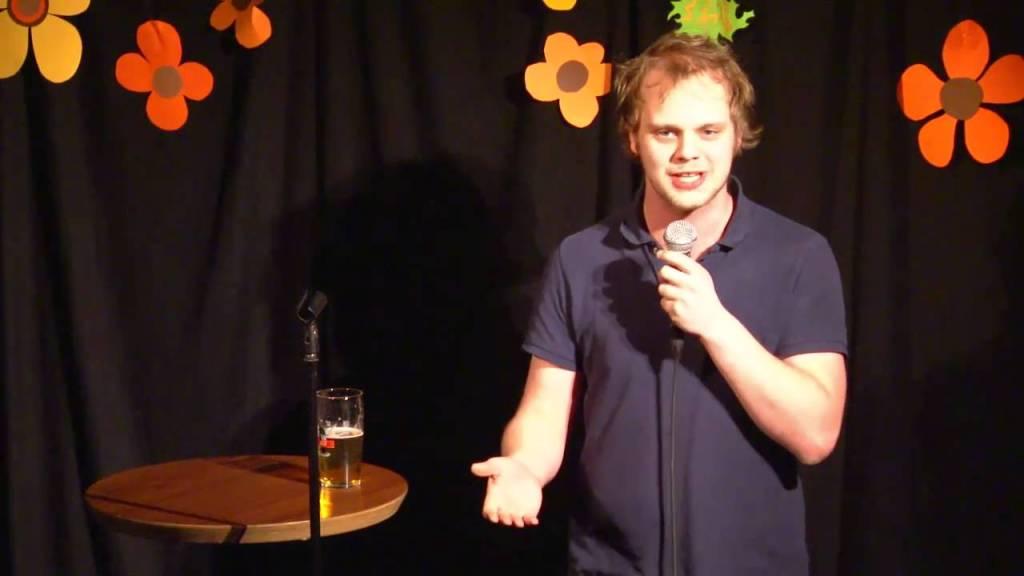Mímir Kristjánsson er forfatter, nyhetsredaktør, tidligere redaktør i Manifest Tidsskrift og komiker. Her under et stand-up-show. Skjermdump: YouTube.