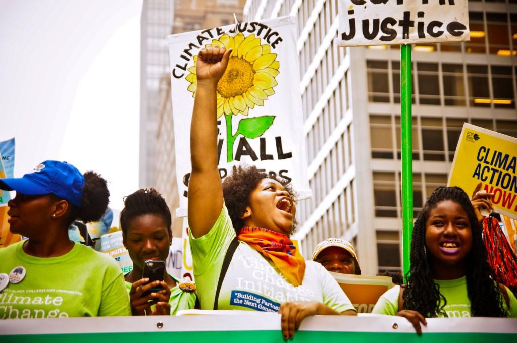 Klimaforhandlingene er låst i spørsmålet om hvem som skal betale regninga. Her fra People's climate march i New York i 2014. Foto: Joe Brusky/ Flickr.
