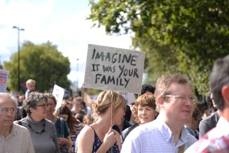 Minerva hevder asylverger opptrer som aktivister, men har de noe grunnlag for å skrive det? Her ber en aktivist i London oss reflektere over hva vi ville gjort om det var vår egen familie som måtte flykte. Foto:  Ilias Bartolini/ Flickr.