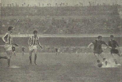 1961-Enero 22-Liga.-CFBarcelona-2 Real Betis Balompié-1.-El balón en juego.-55Aniversario.