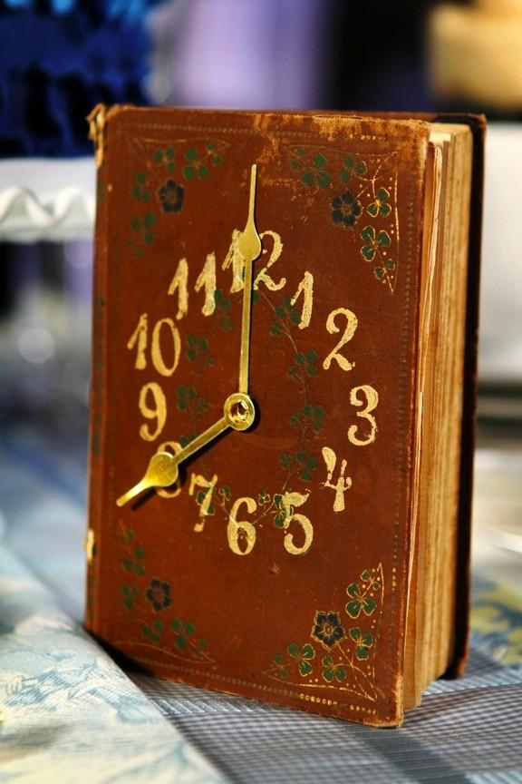 Reciclaje libros de texto: relojes originales
