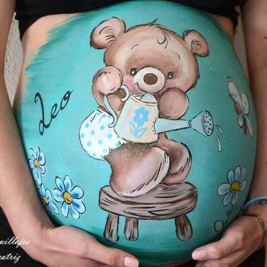 Belly painting de osito regando flores