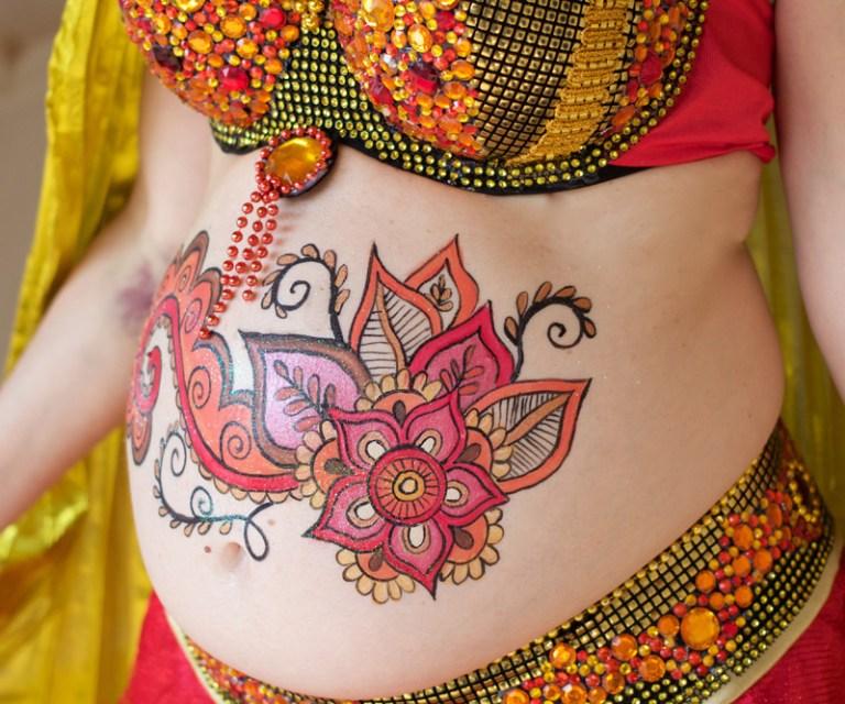 Maquillaje barriga embarazada arabe