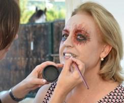 Beatriz maquillando una zombie