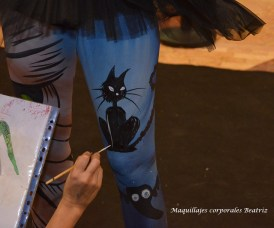 Beatriz Martínez Navarro pintando gato negro