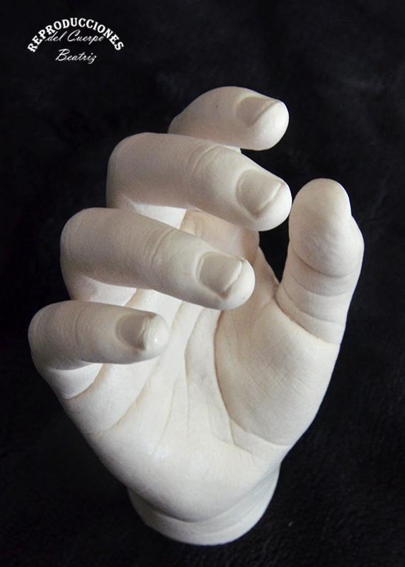 Molde de mano niña en yeso con alginato