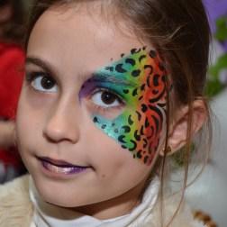 Maquillaje de fantasía colores arco iris y líneas negras