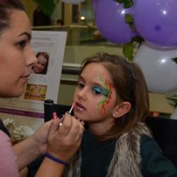 Celeste maquillando a niña