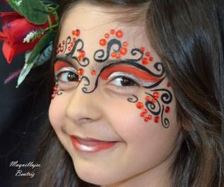 Maquillaje infantil en rojo y negro y pedrería en rojo