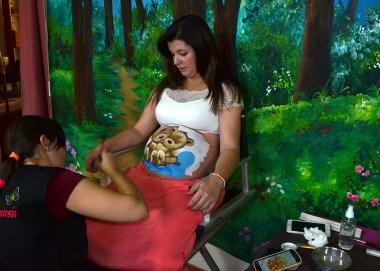 Beatriz Martínez maquilla una barriguita de embarazada