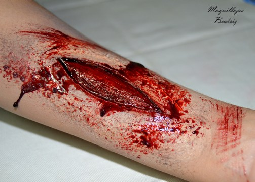 Maquillaje de corte en brazo