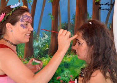 Beatriz Martinez maquillando una bruja