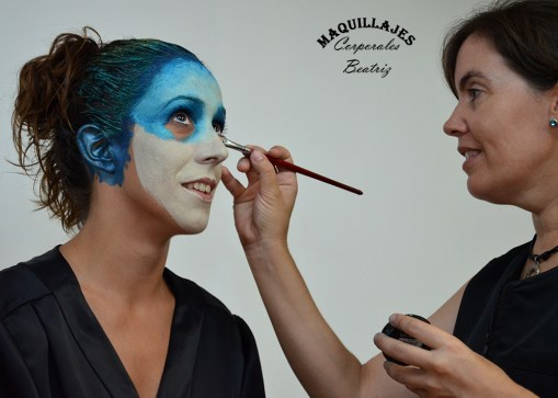 Beatriz Martínez realizando maquillaje corporal