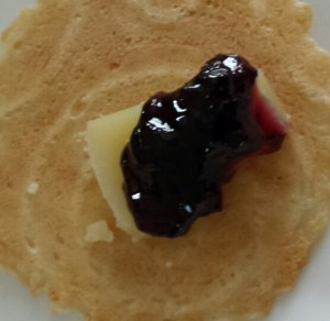 A Perfect Bite: Clothbound Cheddar and Jelly sitting atop a natural crisp