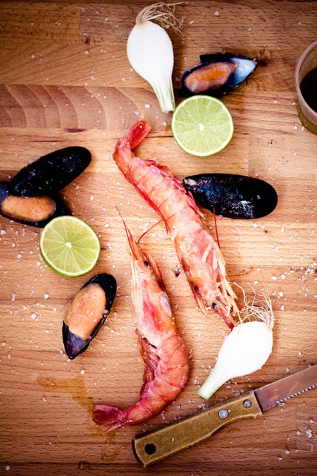 Ingredientes para una sopa de mariscos / Ingredienti per una zuppa di pesce.