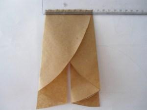 Abertura. Encaixe. Costurar primeiro a parte superior com a parte superior das costas da saia. Costurar as laterais da saia, direita e esquerda.