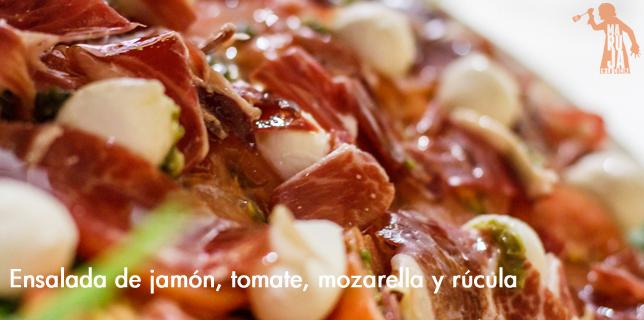 Ensalada de jamón, tomate, rúcula y mozzarella