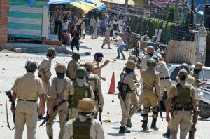 سرینگر: بھارتی افواج اور کشمیری مظاہرین کے درمیان ہونے والے تصادم کا ایک منظر