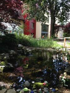 BSS-Gartenteich mit den Steinen der Erinnerung-082014