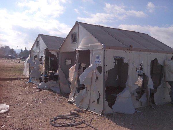 I migranti hanno distrutto per rabbia le tende