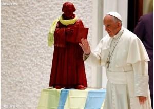 Bergoglio con la statua di Lutero in Vaticano