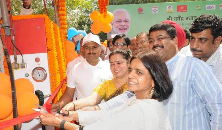 Oil Minister Dharmendra Pradhan, CSE Chief Sunita Narain & BJP MP Meenakshi Lekhi inaugurating the CNG Machine in New Delhi on April 07, 2016.