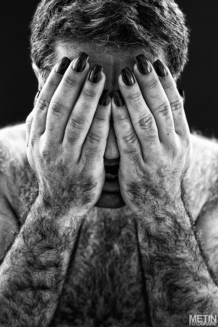 Dit zelfportret (genaamd iemanders) heb ik gemaakt omdat ik vroeger vaak gepest werd om mijn overbeharing. Met deze foto wil ik laten zien dat ik mijn ogen sluit voor de realiteit, maar door die lange nagels te gebruiken wil ik aantonen dat ik ook mooi wil zijn. Ik wil graag iemand anders zijn. Ik had veel verschillende spullen kunnen gebruiken (ik had ook rode lippenstift en lange wimpers gekocht), maar ik vond dit wel subtiel en goed.