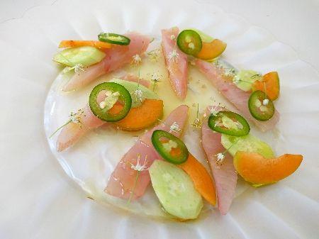 מנגינה של גינה / סלט וסשימי עם ירקות קיץ, משמשים ופרחי בצל