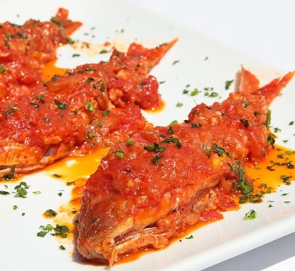 Salmonetes con salsa de tomate