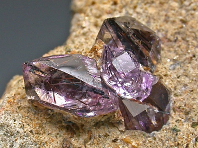 tamno ljubičasti kristali ametista