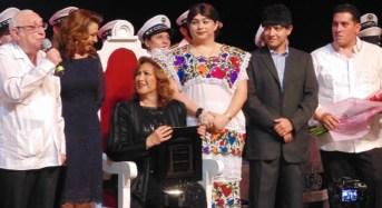 Coronan a Angélica María como Reina del Espectáculo