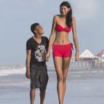 Elisany-Silva-da-Cruz-in-spiaggia-con-il-fidanzato-Francinaldo-da-Silva-Carvalho