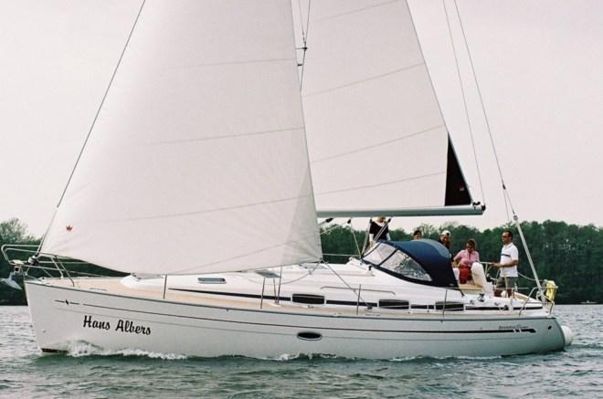 Segelyacht Bavaria 37 (3-Kabinen-Version) unter vollen Segeln auf dem Scharmützelsee