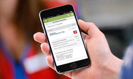 """real,- Kunden können deutschlandweit ab Juli in allen real,- Märkten mit der PAYBACK App bezahlen und den real,- Online-Kassenbon sowie viele zusätzliche digitale Services mit der real,- App nutzen. Weiterer Text über ots und www.presseportal.de/nr/58538 / Die Verwendung dieses Bildes ist für redaktionelle Zwecke honorarfrei. Veröffentlichung bitte unter Quellenangabe: """"obs/real,- SB-Warenhaus GmbH"""""""