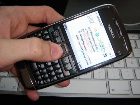Nokia E71 kädessä