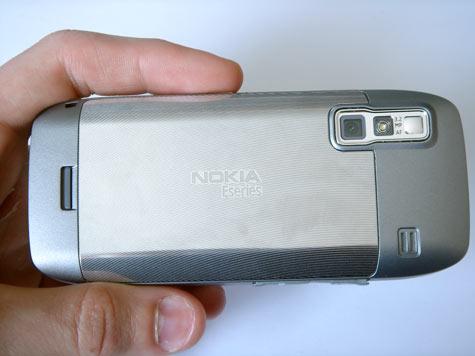 Nokia E75 takaa kädessä
