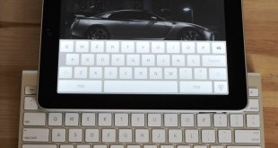 Apple iPad next to Apple's Wireless Bluetooth Keyboard - Photo: Fabrizio Pilato