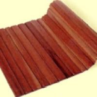 O tapete de madeira em cores e modelos diferentes, veja