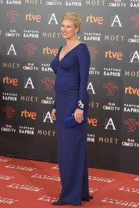 Anne Igartiburu luciendo embarazo con un vestido azul marino de Lorenzo Caprile y joyas de Carrera y Carrera.