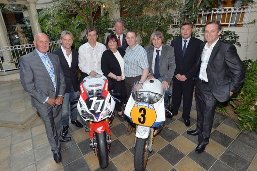 Neil Tuxworth, Carl Fogarty, John McGuinness, Linda Dunlop, Nick Jefferies, Phillip McCallen, Ron Haslam, Roger Burnett, Michael Rutter (vlnr)