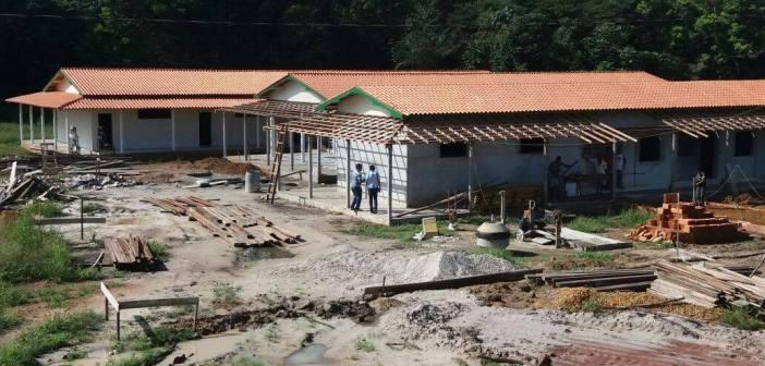Prefeito IE IÉ vistoria obra de reconstrução de Escola do Arauaí após estrutura de antiga gestão ser demolida por oferecer riscos