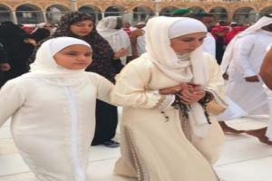شاهد: زوجة حاكم دبي الأميرة هيا وابنتها تؤديان مناسك العمرة
